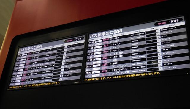 WILLERバスターミナル梅田・発車案内電光掲示板