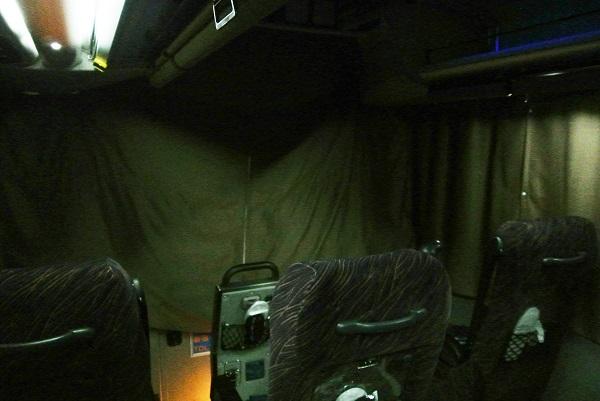 前方席もカーテンで仕切られます