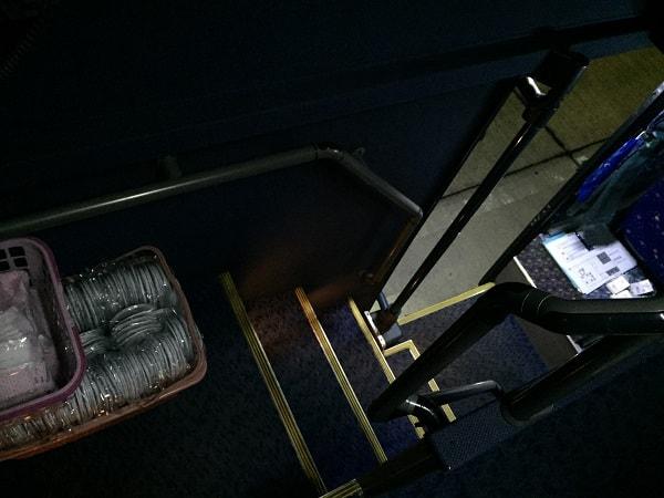 2階建てバスの階段2