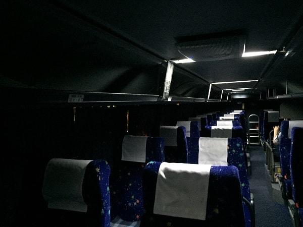 2階建てバスの暗い車内
