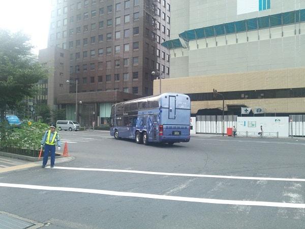 走り去る2階建てバス