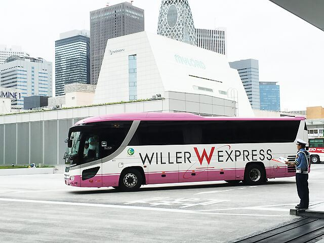 バスタ新宿を走るWILLER EXPRESS