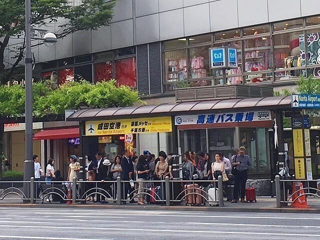 東京シャトル乗車の列